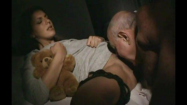 Աղջիկը մատները կպցնում է, քանի դեռ ձվերով երկու ասիական Անգլերեն մինետ պոռնո տղա չի ստացել ։